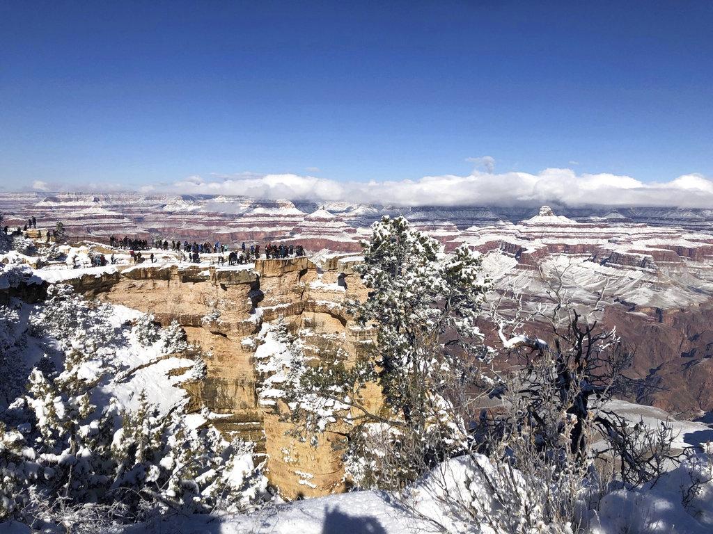 ภาพหิมะปกคลุมแกรนด์แคนยอน (Grand Canyon) ในแอริโซนาจนขาวโพลน เมื่อวันที่ 1 ม.ค.2019 พายุหิมะทำให้แคคตัสในทะเลทรายจมอยู่ใต้หิมะหลายนิ้ว ขณะที่อณหภูมิในทเลทรายลดต่ำลงกว่าอุณภูมิในเมืองแองคอเรจที่อะแลสกา (AP Photo/Anna Johnson)
