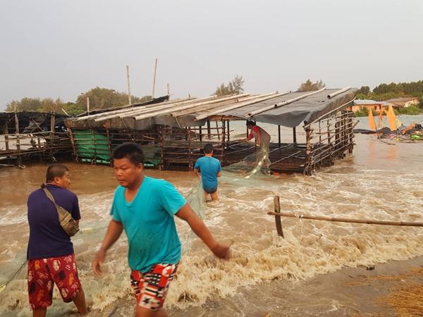 """อิทธิพล """"ปาบึก"""" ทำบ้านเรือน-รีสอร์ทริมทะเลใน 3 อำเภอ จ.จันทบุรี ถูกพายุฝนคลื่นสูงซัดเสียหายหนัก"""