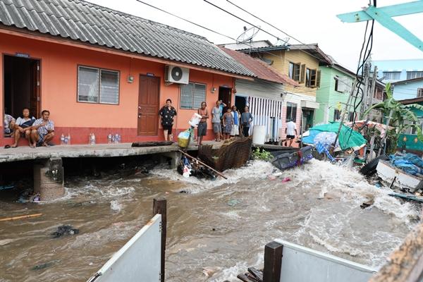 """หางพายุ  """"ปาบึก""""โหมคลื่นซัดชุมชนชายฝั่ง ตอ.หลายจุดเสียหายทั้งบ้านเรือน-ชายหาดท่องเที่ยว"""