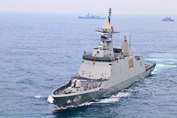 """ทร. จัดหมู่เรือต้อนรับ """"เรือหลวงภูมิพลอดุลยเดช"""" ล่องสู่น่านน้ำไทย อย่างสมเกียรติ"""
