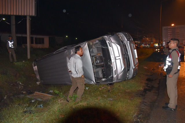 พิษ ปาบึก ทำฝนตกถนนลื่นรถตู้พลิกคว่ำบาดเจ็บ 3 ราย