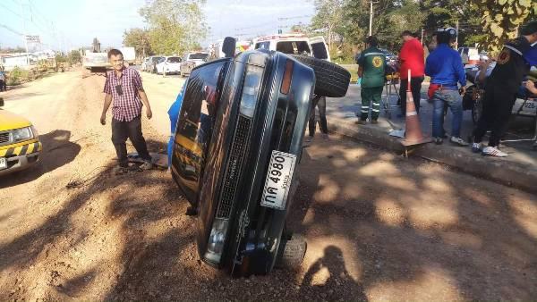 ฤกษ์ไม่ดีจริง! พ่อแม่ลูกขับเก๋งไปรับรถใหม่ ดันถูกหกล้อชนท้ายหวิดดับกลางทาง