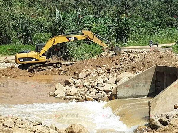 ชาวกรุงชิงไม่ทนลงขันจ้างแบ็กโฮซ่อมสะพานเข้าหมู่บ้าน หลังถูกตัดขาด 3 วัน
