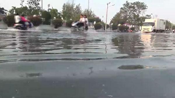 อีกแล้ว! น้ำทะเลหนุน เข่าท่วมในพื้นที่ตัวเมืองชลบุรี ทำจราจรติดขัด