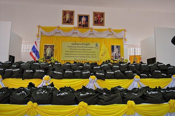 องค์คมนตรีเชิญสิ่งของพระราชทานมอบแก่ผู้ประสบภัยจากพายุปาบึก พื้นที่สุราษฎร์ธานี