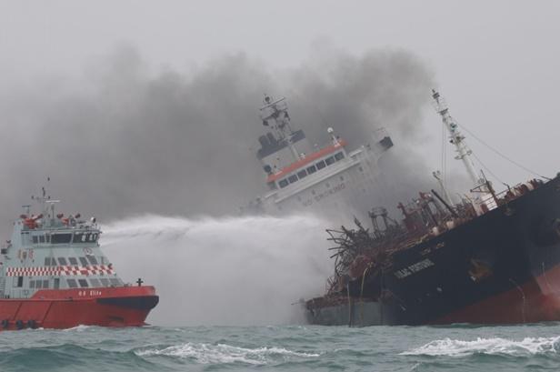 """In Pics : ด่วน! ดับ 1 สูญหาย 2 """"กู้ภัยฮ่องกง"""" เร่งดับไฟ """"เรือบรรทุกน้ำมันและสารเคมีเวียดนาม"""" ที่กำลังลุกท่วมใกล้เกาะลัมมา"""