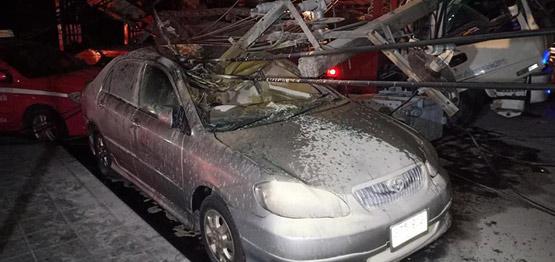 รถบรรทุกแบคโฮเกี่ยวสายไฟฟ้าย่านสาทร หัก 2 ต้นทับรถเสียหายหลายคัน
