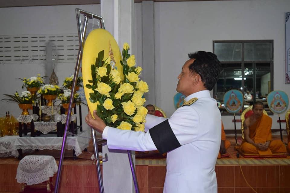 สมเด็จพระเจ้าอยู่หัว พระราชทานพวงมาลาหลวงวางหน้าหีบศพ ผู้สูงอายุ 101 ปี เสียชีวิตในศูนย์ศูนย์อพยพ จ.นครศรีธรรมราช