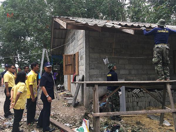ทหารพัฒนาลงพื้นที่ซ่อมบ้านให้ผู้ประสบภัยจากพายุปาบึกใน อ.บางแก้ว จ.พัทลุง