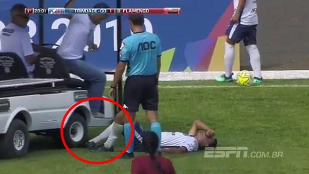 """""""แข้งบราซิล"""" สุดซวย นอนเจ็บแล้วยังโดนรถเหยียบเท้าซ้ำ"""