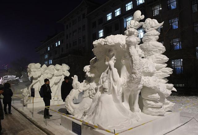 ประติมากรรมหิมะ ของนักศึกษามหาวิทยาลัย Qiqihar University ได้รางวัล First Prize