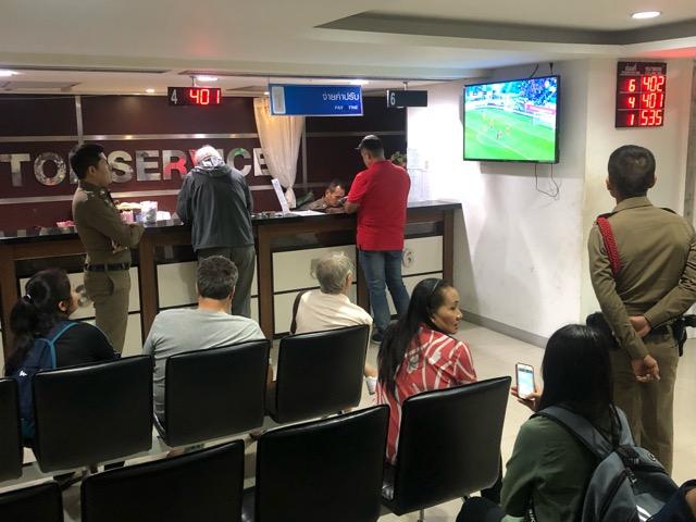ตำรวจ-แฟนบอลไทย เฮลั่นโรงพักพัทยา หลัง เมสซี่ เจ กดหนึ่งเม็ดเก็บ 3 แต้ม ดวลเกือกอาเซียน คัพ 2019