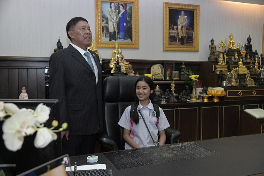"""""""อัศวิน"""" เปิดห้องทำงานผู้ว่าฯ กทม. ให้ นร.นั่งเก้าอี้พ่อเมือง ฝากข้อคิดวันเด็กแห่งชาติเพียบ"""