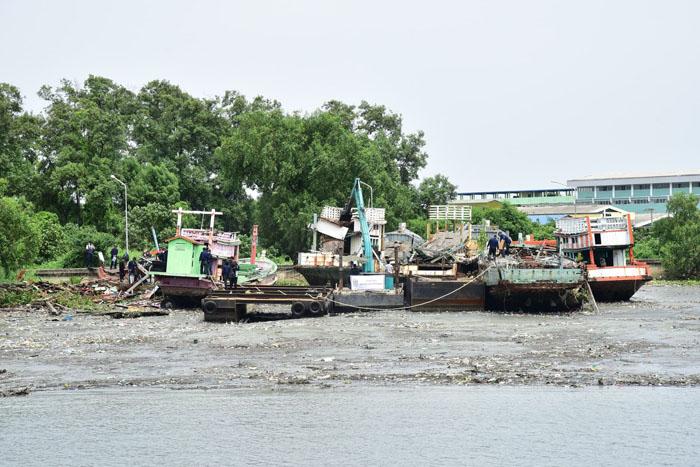 ตรวจติดตามการรื้อทำลายซากเรือประมง จำนวน 9 ลำ กลางแม่น้ำท่าจีน ที่ จ.สมุทรสาคร ก่อนทยอยทำลายให้ครบ 861 ลำ ที่ตรวจสอบแล้วว่าเป็นเรือผุพัง ป้องกันแอบนำไปกระทำความผิดอีก