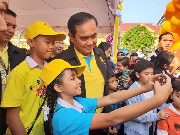 """""""ลุงตู่""""ขอเด็กไทยรู้รักสามัคคีขอบคุณทุกรอยยิ้มคือแรงบันดาลใจทำงาน"""