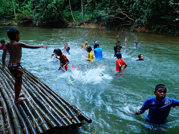 เด็กๆ ในหมู่บ้านรอบนอกเมืองพัทลุง ชวนกันไปเที่ยวเล่นตามประสา หลังในพื้นที่ไม่มีจัดกิจกรรม