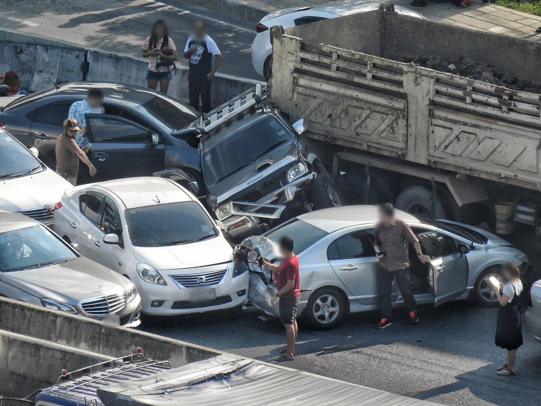 ชนยับ! อุบัติเหตุ ถ.ราชพฤกษ์ BTS บางหว้า ชนท้ายรถบรรทุก 11 คันรวด