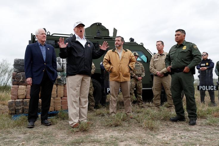 ประธานาธิบดีสหรัฐฯ โดนัลด์ ทรัมป์ เดินทางไปเยือนบริเวณฝั่งแม่น้ำริโอ แกรนด์ (Rio Grande River) พรมแดนสหรัฐฯ-เม็กซิโก พร้อมกับ 2 สว.รัฐเทกซัสของพรรครีพับลิกัน เท็ด ครูซ (Ted Cruz) และสว. จอห์น คอร์นิน (John Cornyn) และเจ้าหน้าที่สำนักงานศุลกากรและตรวจการพรมแดนสหรัฐฯ CBP ระหว่างภารกิจการเดินทางเยือนพรมแดนสหรัฐฯของทรัมป์ที่มิสชัน ( Mission) รัฐเทกซัส วันพฤหัสบดี (10 ม.ค) ภาพรอยเตอร์