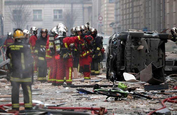 เจ้าหน้าที่ดับเพลิงกำลังทำงานที่จุดเกิดแก๊สรั่วและทำให้เกิดระเบิดขึ้นภายในร้านเบเกอรีตั้งอยู่เขตที่ 9 ในย่านใจกลางกรุงปารีส เสียชีวิตล่าสุด 2 รายเป็นเจ้าหน้าที่ดับเพลิง และบาดเจ็บอีกหลายสิบคน เกิดเหตุวันเสาร์(12 ม.ค) ภาพรอยเตอร์