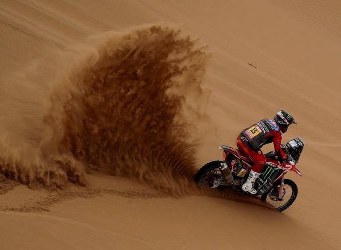 ภาพกีฬาแข่งรถจักรยานยนต์เปรู ดาการ์ แรลลีย์ 2019 สุดท้าทายที่สเตจ 5 จากแคว้นโมเกกวา ( Moquegua) ไป  อาเรกิปา (Arequipa) โดยนักแข่งจากมอนสเตอร์ เอเนอร์จี ฮอนดา  ริคกี บราเบค ( Ricky Brabec )เป็นนักแข่งในภาพวันศุกร์(11 ม.ค) ภาพรอยเตอร์
