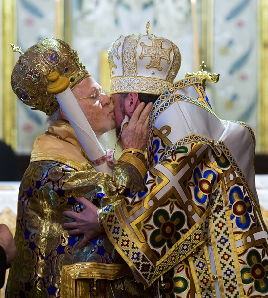 อัครบิดรสากลบาร์โธโลมิวที่ 1 แห่งคอนสแตนติโนเปิล(ซ้าย) ทรงจุมพิตทักทายเมโทรโพลิแทน เอพิฟานีย์(Metropolitan Epiphany ) ผู้นำแห่งโบสถ์ยูเครนออร์โธดอกซ์คนแรก(ขวา) หลังจากทีที่ได้แสดงสารโตโมส ( Tomos) ซึ่งเป็นการแสดงพระบัญชา อันเป็นพิธีการเชิงสัญลักษณ์ในการประกาศแยกตัวโบสถ์ยูเครนออร์โธดอกซ์ออกจากรัสเซียออร์โธดอกซ์เป็นครั้งแรกนับตั้งแต่ปี 1968 พิธีการถูกจัดขึ้นที่โบสถ์อัครบิดรแห่งเซนต์จอร์จ (Patriarchal Church of St. George) ในกรุงอิสตันบูล วันอาทิตย์(6 ม.ค) ภาพเอพี