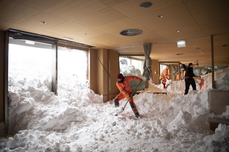 เจ้าหน้าที่กำลังอยู่ในระหว่างการตัดหิมะออกไปนอกโรงแรมซาเอนทิซ(Hotel Saentis) ในชเวกัลป์ ( Schwaegalp) หลังจากเกิดหิมะถล่มใส่ตัวโรงแรมจนทำให้มีผู้ได้รับบาดเจ็บเล็กน้อยจำนวน 3 คนในช่วงบ่ายวันพฤหัสบดี(10 ม.ค) ภาพเอพี