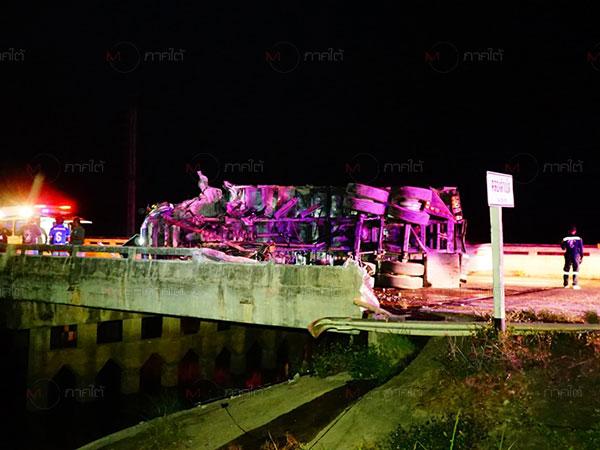 เกิดเหตุรถบรรทุกสิบล้อชนราวสะพานพลิกคว่ำขวางถนน บาดเจ็บ 2