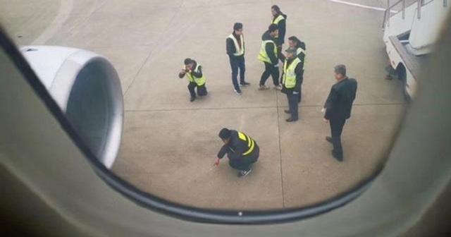เที่ยวบินของสายการบินไชน่าอีสเทิร์นแอร์ไลน์จากเมืองอันชิง มณฑลอันฮุย ไปเซี่ยงไฮ้ ถูกเลื่อนออกไปเป็นเวลาเกือบสองชั่วโมง หลังจากพนักงานพบหลักฐานที่ชี้ให้เห็นว่าผู้โดยสารคนหนึ่งพยายามที่จะโยนเหรียญเข้าไปในเครื่องยนต์ของเครื่องบิน (ภาพซั่งไห่อิสต์)