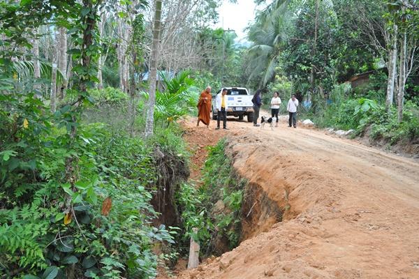 ชาวบ้านสุดทน! ถนนพังเสียหายนานหลายปี ลงขันค่าน้ำมันนำเครื่องจักรซ่อมแซม ไม่ง้องบรัฐ