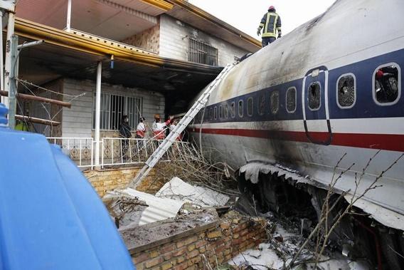"""In Pics: """"โบอิ้ง 707 คาร์โกอิหร่าน"""" เกิดตก ระหว่างพยายามลงจอดใกล้เตหะราน ดับ 15 หลังนักบินหลงสนามบิน"""