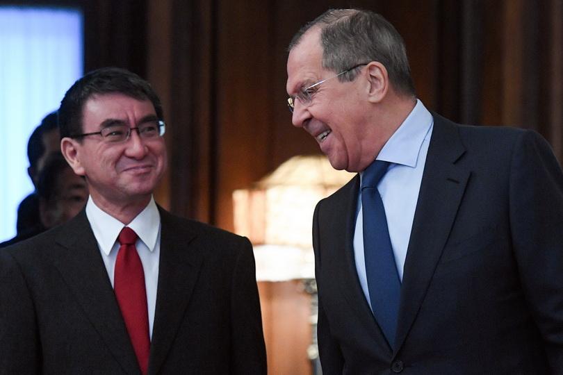 เซียร์เก ลาฟรอฟ รัฐมนตรีกระทรวงการต่างประเทศรัสเซีย (ขวา) ร่วมหารือกับ ทาโร โคโนะ รัฐมนตรีกระทรวงการต่างประเทศญี่ปุ่น ที่กรุงมอสโก เมื่อวันที่ 14 ม.ค.