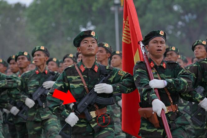 """เวียดนามมอบไรเฟิล """"กาลิล"""" กว่า 400 กระบอกให้กองทัพลาวใช้สวนสนาม"""