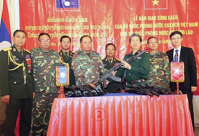 พล.อ.จันสะหมอน จันยาลาด รมว.ป้องกันประเทศ เป็นเกียรติเข้าร่วมพิธีรับมอบไรเฟิลกาลิล จำนวน 420 กระบอก จากผู้ช่วยทูตทหารเวียดนามประจำเวียงจันทน์ วันจันทร์ 14 ม.ค.ที่ผ่านมา เป็น Ace-32 พร้อมมีดปลายปืน. -- ภาพโดย กองทัพประชาชนลาว.
