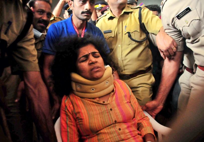 โดนจนได้! หญิงอินเดียแหกกฎเข้าวัดศักดิ์สิทธิ์ถูกแม่สามี 'ตีหัว' บาดเจ็บ