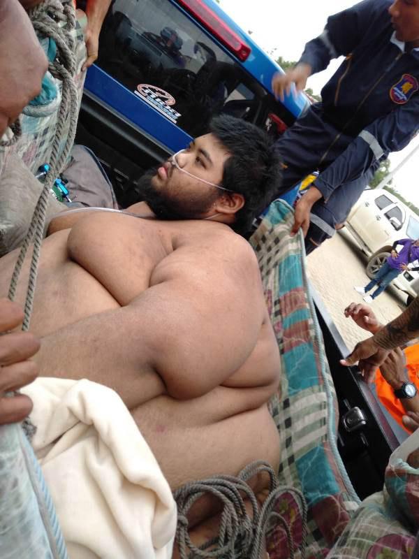 ระดม!!ชาวบ้าน-กู้ภัย เคลื่อนย้ายผู้ป่วยหนัก 300  กิโลไปรักษา