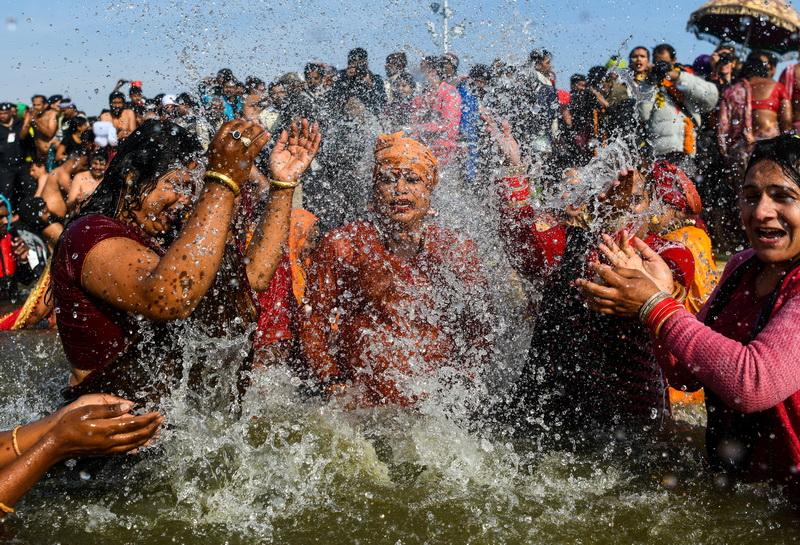 In Pics: อินเดียไฟเขียว 'สาวประเภทสอง' ร่วมพิธีอาบน้ำศักดิ์สิทธิ์ 'กุมภะเมลา' เป็นปีแรก