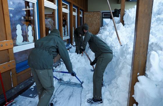 In Pics&Clips: หิมะถล่มรีสอร์ตสกีในสวิต-ออสเตรีย ดับ 2 อีกร่วม 40,000 ในซาลซ์บูร์ก ถูกตัดขาดจากโลกภายนอก