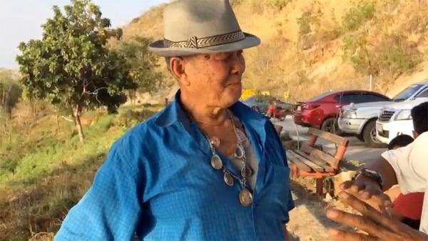 นายสจภัสส์ ไชยนิธิธนากุล อายุ 72 ปี คนขับ โชว์พระเครื่องที่ห้อยติดตัว