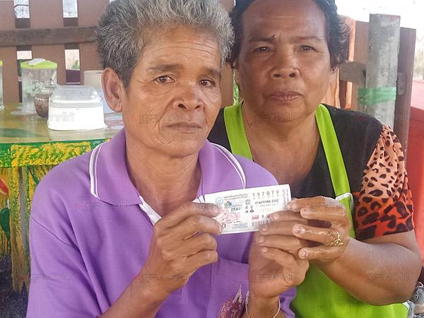 โชคเข้าข้าง! หญิงทอมอายุ 56 ปีชาวพัทลุงพลิกชีวิตถูกรางวัลที่ 1 รับเงิน 6ล้านบาท