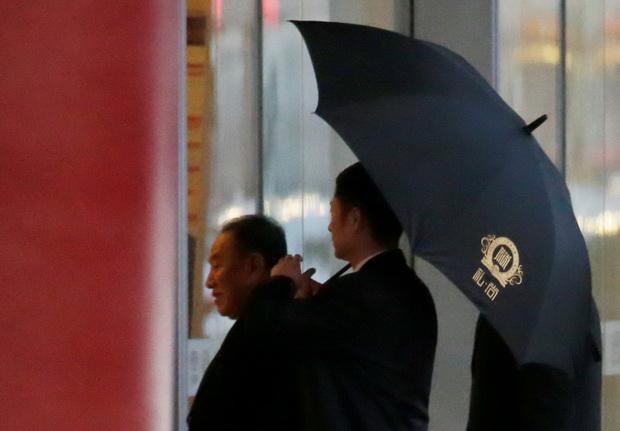 คิม ยอง โชล หัวหน้าคณะเจรจาของเกาหลีเหนือ เดินทางถึงสนามบินนานาชาติ เพื่อเดินทางออกจากกรุงปักกิ่ง ประเทศจีน มุ่งหน้าสู่วอชิงตัน ในวันพฤหัสบดี(17ม.ค.)