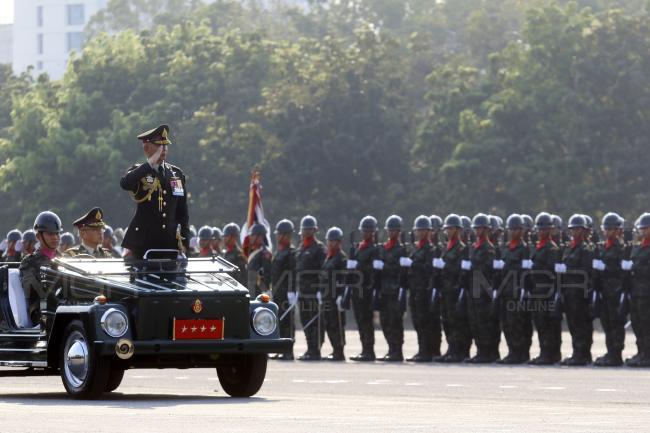 """เหล่าทัพสวนสนามวันกองทัพไทย """"บิ๊กแดง"""" ย้ำเสียสละเพื่อส่วนร่วม"""