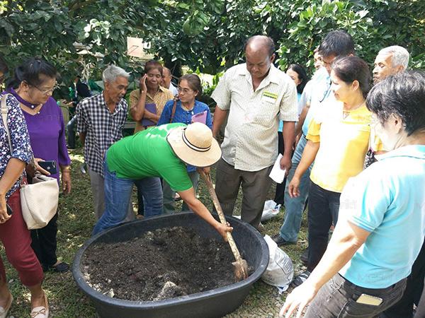 """เกษตรฯ ลุยผลิตชีวภัณฑ์นำช่วยเกษตรกรผู้ประสบภัยจากพายุโซนร้อน """"ปาบึก"""""""