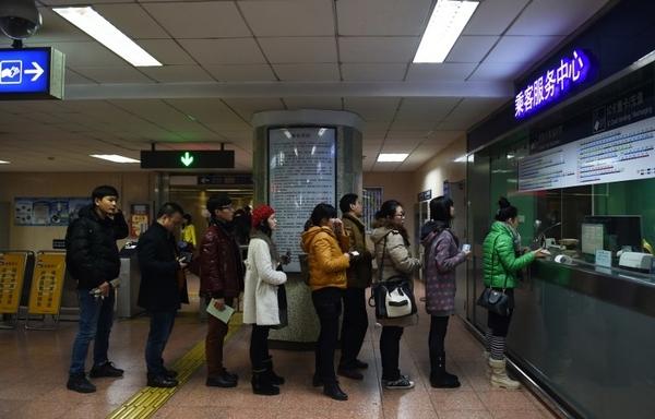 บัตรโดยสารประเภทใหม่จะช่วยอำนวยความสะดวกแก่ผู้โดยสารและช่วยลดความแออัดในบริเวณสถานีรถไฟใต้ดิน (แฟ้มภาพเอเอฟพี)