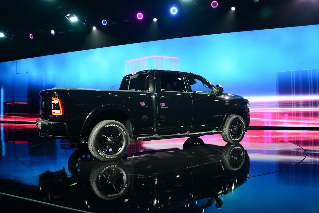 Dodge เอาใจคนชอบกระบะตัวแรงคันโตกับรุ่น Ram 2500 Power Wagon ที่แต่งสวยพร้อมล้อขนาด 17 นิ้วกับยาง 33 นิ้ว และใช้เครื่องยนต์ Hemi บล็อกวี8 6,400 ซีซี 410 แรงม้าในการขับเคลื่อน