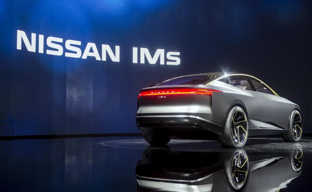 Nissan สะกดทุกสายตากับงานออกแบบสุดล้ำของต้นแบบที่ชื่อว่า IMS พร้อมกับการขับเคลื่อนด้วยระบบไฟฟ้าที่ใช้แบตเตอรี่ขนาด 115 kWh ในการส่งกระแสไฟฟ้าเข้าสู่มอเตอร์ไฟฟ้าขนาด 483 แรงม้า สามารถทำระยะทางได้ถึง 611 กิโลเมตรต่อการชาร์จ 1 ครั้ง