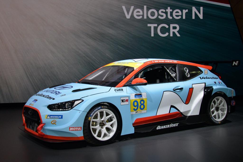 Hyundai จับเอาสปอร์ตตัวเก่งอย่าง Veloster มาแต่งเป็นรถแข่งสำหรับลุยการแข่งขัน IMSA Michelin Pilot Challenge โดยจะใช้เครื่องยนต์ 4 สูบ 2,000 ซีซี เทอร์โบ 350 แรงม้าทำหน้าที่ในการขับเคลื่อนตัวรถ พร้อมเกียร์ 6 จังหวะแบบ Sequential