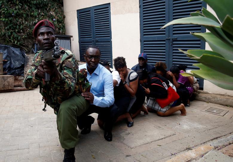 ทหารทำการอพยพผู้คน หลังจากมีคนร้ายบุกโจมตีโรงแรมดุสิตดีทูในเคนยา
