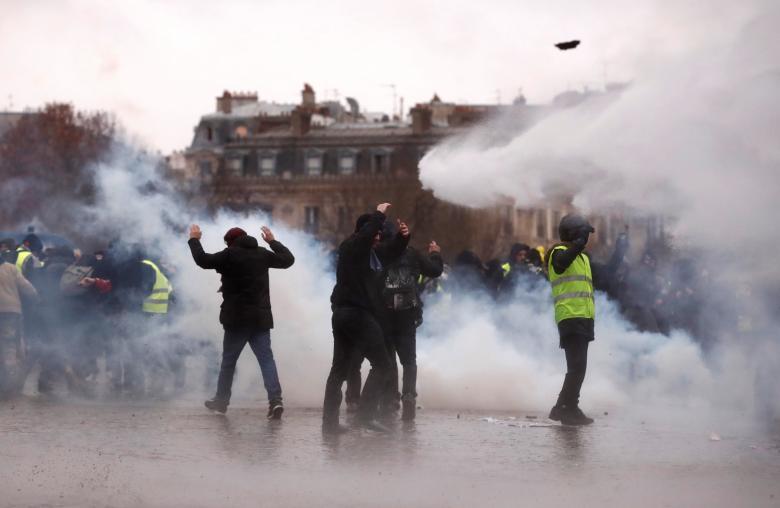 ตำรวจฝรั่งเศสใช้แก๊สน้ำตาทำการสลายกลุ่ม เสื้อกั๊กเหลือง ที่ออกมาชุมนุมประท้วง