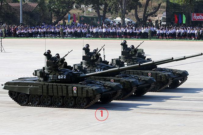 T-72B1 จำนวน 3 คันเข้าร่วมขบวนสวนสนามกับ T-54, PT-76, BMP1 และรถหุ้มเกราะเก่าและใหม่อีกหลายรุ่น การได้รถถังทันสมัยจากรัสเซียไปประจำการ รวมกับอาวุธยุทโธปกรณ์อื่นๆ และ อากาศยานที่จัดหาจากจีนและรัสเซียไม่กี่ปีมานี้ นับเป็นการพัฒนากองทัพแบบก้าวกระโดดเลยทีเดียว. Courtesy TASS.