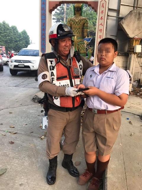 หนุ่มน้อยซาบซึ้ง ดาบตำรวจจราจรเก็บกระเป๋าเงินคืนให้ ชาวเน็ตชื่่นชมการทำงาน